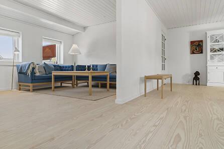 Wiking Pitch Pine med lud og hvidolie – Privat hjem